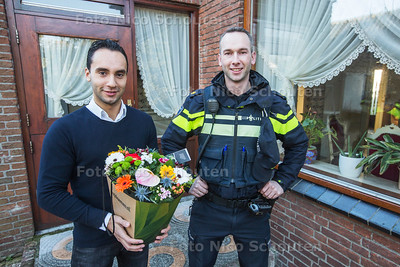 Silvester van der Hansz (l) heeft eigenhandig een inbreker aangehouden en de wijkagent komt hem nu daarvoor bedanken - ZOETERMEER 5 JANUARI 2017 - FOTO NICO SCHOUTEN