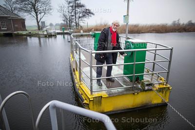Recratieve routes Midden-Delfland - Wethouder Gover van Oort op het voetgangerspontje - SCHIPLUIDEN 7 JANUARI 2017 - FOTO NICO SCHOUTEN