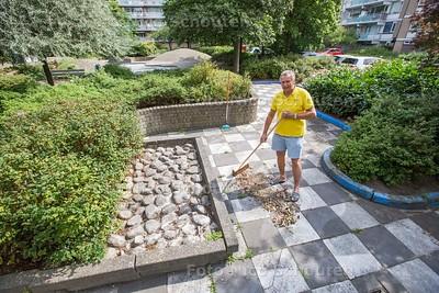 Theo Ballering onderhoud het parkje in de straat - DEN HAAG 18 JULI  2017 - FOTO NICO SCHOUTEN