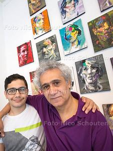 Syrische Kunstenaar Ahmed Kliege in Galerie Arti-Shock (met zijn zoon Rozer)  - RIJSWIJK 20 JULI  2017 - FOTO NICO SCHOUTEN