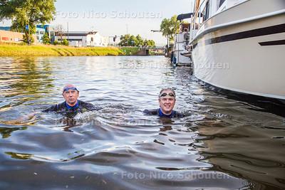 vader John en zoon Tommy Langeveld doen mee met de Amsterdam City Swim - VOORBURG 18 JULI  2017 - FOTO NICO SCHOUTEN