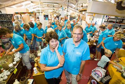 Kringloopwinkel de Stal moet sluiten - op de voorgrond Aad van Boheemen Mieke Hogervorst - STOMPWIJK 18 JULI  2017 - FOTO NICO SCHOUTEN