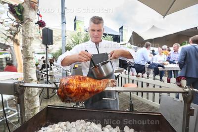 Zoetermeer Culinair - Hofstdede Meerzicht; Patron-Culinier, Alain Adriaanse bereid een Beenham van Bershira aan het spit- ZOETERMEER 29 JUNI 2017 - FOTO NICO SCHOUTEN