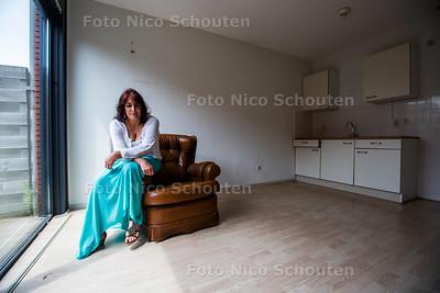 Anjana Koster van Steunstekkie Kurma wordt door de gemeente beschuldigd van fraude. Haar advocaat is ervan overtuigd dat ze onschuldig is en het met een sisser afloopt. Ondertussen moet ze stoppen met het helpen van jongeren - Anja in een ontruimd appartement - ZOETERMEER 22 JUNI 2017 - FOTO NICO SCHOUTEN