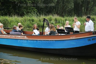 Tijdens Klassiek op het water wordt er ook muziek gespeeld, harp en fluit, op de boot de Meervaarder - ZOETERMEER 28 JUNI 2017 - FOTO NICO SCHOUTEN