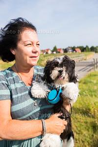 Jacqueline Bulters met hondje Teddie dat bijna vergiftigd is door junkiepoep (denken ze) - ZOETERMEER 21 JUNI 2017 - FOTO NICO SCHOUTEN