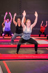 Bij de Leyens Fitness- & Racketclub wordt vanavond een les trampoline fitness gegeven - ZOETERMEER 26 JUNI 2017 - FOTO NICO SCHOUTEN