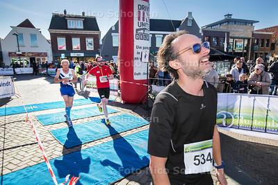 Finish van de halve marathon van  Westland op het Wilhelminaplein - NAALDWIJK 25 MAART 2017 - FOTO NICO SCHOUTEN