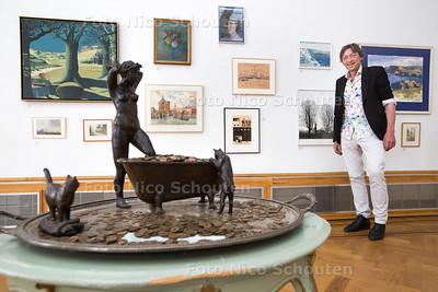 Herman van der Ven heeft kleine tentoonstelling ingericht van verzameling grootmoeder kunst pulchri - DEN HAAG 30 MAART 2017 - FOTO NICO SCHOUTEN
