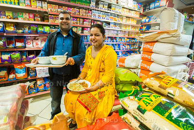 Basmati rijst op de Paul Krugerlaan - Parkash Kainth (r) en Sangh Bala - DEN HAAG 28 MAART 2017 - FOTO NICO SCHOUTEN
