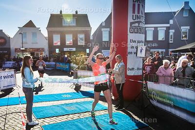 Finish van de halve marathon van  Westland op het Wilhelminaplein - Eerste dame - NAALDWIJK 25 MAART 2017 - FOTO NICO SCHOUTEN