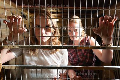 Nikita Kaffa (l) en Leontine Groenendijk - 'Lock me up' van Free a girl Een aantal mensen uit Zoetermeer laat zich in de week van 16 t/m 20 mei vrijwillig opsluiten in kleine hokjes in hotel Golden Tulip (Zoetermeer) om aandacht te vragen voor kinderprostitutie 10 MEI  2017 - FOTO NICO SCHOUTEN