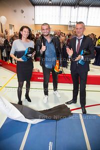 Opening niewe gymzalen van Rijswijks Lyceum en Van Vredenburch College door kickbokser Ibrahim 'the Beast' el Boustati (midden) - DEN HAAG 26 OKTOBER 2017 - FOTO NICO SCHOUTEN