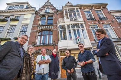 Wethouder Joris Wijsmuller en burgers voor Lorriehuis aan het Smidswater - DEN HAAG 27 OKTOBER 2017 - FOTO NICO SCHOUTEN