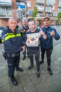 Politie District Centrum in Den Haag is onlangs tot de beste van NL uitgeroepen. Vandaag bedanken ze hun 'partners' - zeg maar hun voelsprieten in de wijken - Voorzitter Mustapha Barbouch (met taart) en Younes Achahboun van MJG (Marokaans Jongeren Geluid) krijgen een taart - DEN HAAG 31 OKTOBER 2017 - FOTO NICO SCHOUTEN