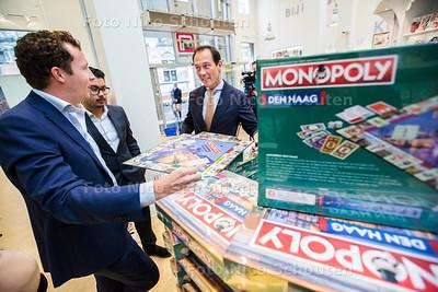 wethouder Boudewijn Revis ontvangt allereerste officiële exemplaar van Monopoly Den Haag. De overhandiging vindt plaats bij boekhandel Paagman in het centrum - DEN HAAG 14 SEPTEMEBR 2017 - FOTO NICO SCHOUTEN