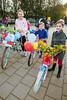Basisschool De Spelevaert; Kinderen gaan met versierde fiets naar school; VLNR Fabiëne (10), Laya (7) en Lena (8)  - ZOETERMEER 21 SEPTEMEBR 2017 - FOTO NICO SCHOUTEN