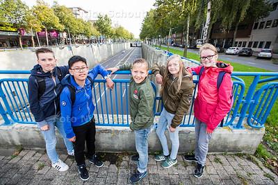 Project Herinrichting Europaweg door VWO-scholieren ONC (klas 1,2 en 3) - vlnr Thomas, Chiyuet, Quinten, Jennifer, Anne op de tunnelbak van de Europaweg - ZOETERMEER 21 SEPTEMEBR 2017 - FOTO NICO SCHOUTEN