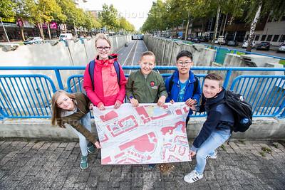 Project Herinrichting Europaweg door VWO-scholieren ONC (klas 1,2 en 3) - vlnr Jennifer, Anne, Quinten, Chiyuet, Thomas op de tunnelbak van de Europaweg - ZOETERMEER 21 SEPTEMEBR 2017 - FOTO NICO SCHOUTEN