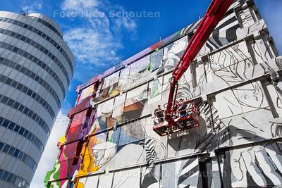 Het duo Bier en Brood (Koen Harmsm(l) en Jelmer Noordeman) beschildert de zuidzijde van het Hopmanpand met een enorme muurschildering in het kader van het Streetwise-project  -  ZOETERMEER 18 SEPTEMBER 2017 2017 - FOTO NICO SCHOUTEN