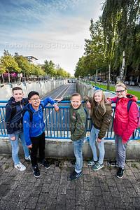 Project Herinrichting Europaweg door VWO-scholieren ONC (klas 1,2 en 3)- vlnr Thomas, Chiyuet, Quinten, Jennifer, Anne op de tunnelbak van de Europaweg - ZOETERMEER 21 SEPTEMEBR 2017 - FOTO NICO SCHOUTEN