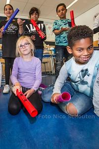 50-jarig jubileum Basisschool De Vijverbergh; Kinderen van groep 5,6 en 8 maken muziek met boomwhackers - ZOETERMEER 21 SEPTEMEBR 2017 - FOTO NICO SCHOUTEN