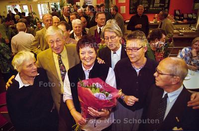 25 JAAR JUBILEUM VAN MEVR. KOSTER (M),vrijwilliger; RIJSWIJK 3 NOVEMBER 2001; FOTO: NICO SCHOUTEN