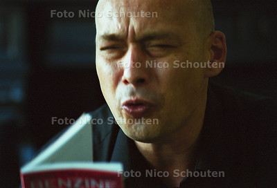 DICHTERS AAN HUIS, BART FM DROOG; DEN HAAG 30 SEPTEMBER 2001; FOTO: NICO SCHOUTEN