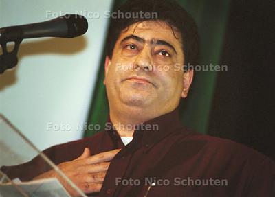 GROEN LINKS BLAAST ZICHZELF OP; AHMED DASKAPAN SPREEKT DE ZAAL TOE; DEN HAAG 2 DECEMBER 2001; FOTO: NICO SCHOUTEN