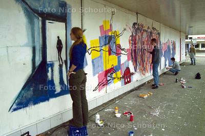 LEIDSCHENDAM, 20 OKTOBER 2001; KUNSTENAARS BESCHILDEREN MUUR OP DAMPLEIN; FOTO; NICO SCHOUTEN