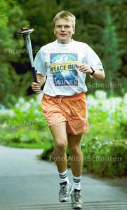 MARK HOOGAKKER RENT VOOR DE VREDE; DEN HAAG 19 AUGUSTUS 2001; FOTO: NICO SCHOUTEN