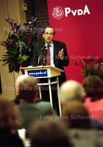 DEBUT VAN AD MELKERT ALS KANDIDAAT PARTIJVOORZITTER VAN DE PVDA VOOR DE PARTIJRAAD VAN VOORBURG/LEIDSCHENDAM; 3 SEPTEMBER 2001; FOTO: NICO SCHOUTEN