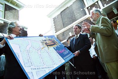 """OVERHANDIGING """"PAPIEREN BANK"""" EMMAPARK; LINKS DE DIRECTEUR, MIDDEN WETHOUDER VERKERK RECHTS EEN BUURTBEWONER; DEN HAAG 3 SEPTEMBER 2001; FOTO: NICO SCHOUTEN"""