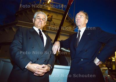 KOMENDE (L) EN GAANDE (R) ADMIRAAL HAVER-DROESE OP HET DEK VAN HET MUSEUMSCHIP DE MERCUUR; SCHEVENINGEN 28 NOVEMBER 2001; FOTO: NICO SCHOUTEN