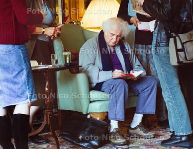 DICHTERS AAN HUIS, JAN WOLKERS SIGNEERT; DEN HAAG 30 SEPTEMBER 2001; FOTO: NICO SCHOUTEN