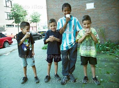 SCHILDERSWIJK; KINDEREN LIKKEN AAN HUN SCHAAFIJS; DEN HAAG 26 AUGUSTUS 2001; FOTO: NICO SCHOUTEN