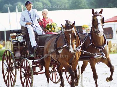 MIN. BRINKHORST OPENT DE BENELUX SPRINGKAMPIOENSCHAPPEN IN HET WESTBROEK PARK; DEN HAAG 24 AUGUSTUS 2001; FOTO: NICO SCHOUTEN