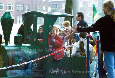 HC - OPENING LORENTZPLEIN - DEN HAAG - 6 OKTOBER 2001: Tijden de feestelijkheden rond het plein, reed er een treintje voor de kinderen. FOTO; NICO SCHOUTEN