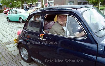 FIAT 500 RONDRIT VOOR GEESTELIJK GEHANDICAPTEN VAN HET YPZICHT (VOORMALIG CRAYENBURG); NOOTDORP 15 SEPTEMBER 2001; FOTO: NICO SCHOUTEN