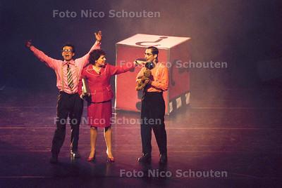 """HC- START HAAGSE KINDERBOEKENWEEK - DEN HAAG - 7 OKTOBER 2001; """"VILLA ACHTERWERK"""" start in het Lucent Danstheater de Haagse Kinderboekenweek. FOTO: NICO SCHOUTEN"""