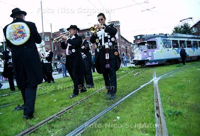 """HC - OPENING LORENTZPLEIN - DEN HAAG - 6 OKTOBER 2001; De speciale Partytram komt, vooraf gegaan door muziekband """"t'Zooitje"""" het vernieuwde plein oprijden. FOTO: NICO SCHOUTEN"""