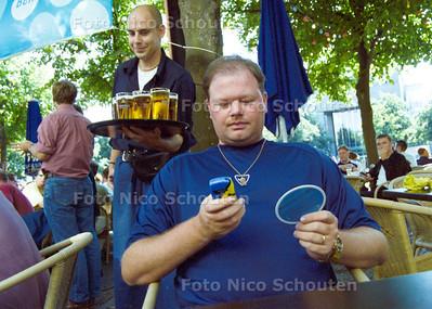 RAYMOND VAN BARNEVELD BESTELD OP HET PLEIN EEN DRANKJE MET SMS; DEN HAAG 18 AUGUSTUS 2001; FOTO: NICO SCHOUTEN