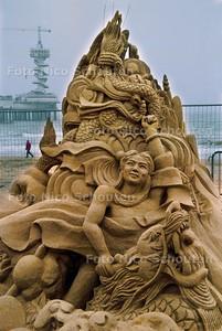 INTERNATIONAL SAND SCULPTURE FESTIVAL, SCULPTUUR VAN ZHANG YONGKANG UIT CHINA; SCHEVENINGEN 10 MEI 2002; FOTO: NICO SCHOUTEN