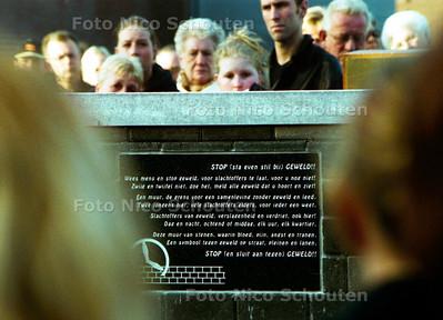 GEDENKSTEEN VOOR SLACHTOFFERS VAN ZINLOOS GEWELD BIJ DE PARKEERGARAGE IN LOOSDUINEN WAAR TWEE JAAR GELEDEN TWEE MANNEN DOOD WERDEN GEVONDEN; DEN HAAG 14 MEI 2002; FOTO: NICO SCHOUTEN