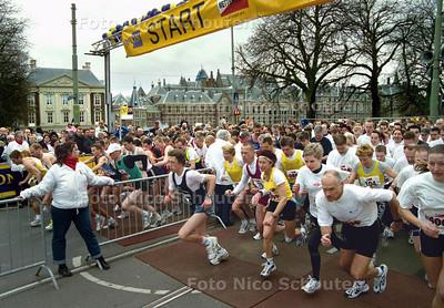 START 10 km CITY-PIER-CITY, CPC OP DE LANGE VIJVERBERG; DEN HAAG 23 MAART 2002; FOTO: NICO SCHOUTEN