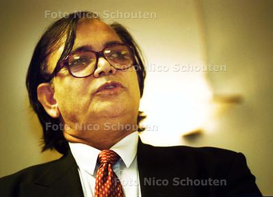 ZEB KHAN LIJSTREKKER VAN DE ISLAMITISCHE PARTIJ, SPREEKT DE LEDEN TOE IN  DE REGENVALK; DEN HAAG 9 FEBRUARIE 2002; FOTO: NICO SCHOUTEN