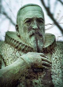 JOHAN VAN OLDENBARNEVELT; STANDBEELD, LANGE VIJVERBERG,  DEN HAAG 13 FEBRUARI 2002; FOTO: NICO SCHOUTEN