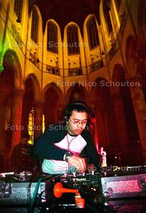 INDO-DISCO IN DE GROTE KERK, DJ  TREVI; DEN HAAG 12 MEI 2002; FOTO: NICO SCHOUTEN