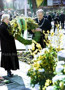 KRANSLEGGING BEZUIDENHOUT; burgemeester Deetman en vrouw leggen een krans DEN HAAG 3 MAART 2002; FOTO: NICO SCHOUTEN