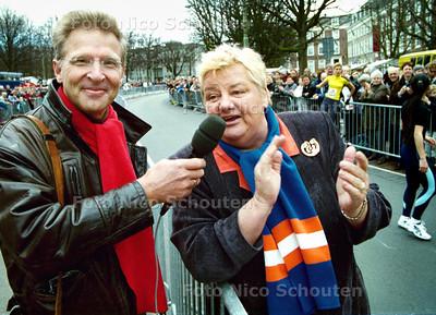 CITY-PIER-CITY, CPC,  ERICA TERPSTRA MOEDIGT DE LOPERS AAN VOOR DE START VAN DE 10 KM; DEN HAAG 23 MAART 2002; FOTO: NICO SCHOUTEN